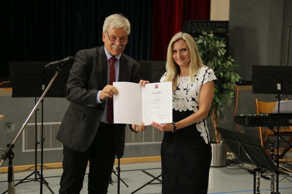 LRSD Hendrik Immel überreichte Dr. Annette Gies die Ernennungsurkunde zur Oberstudienrätin.
