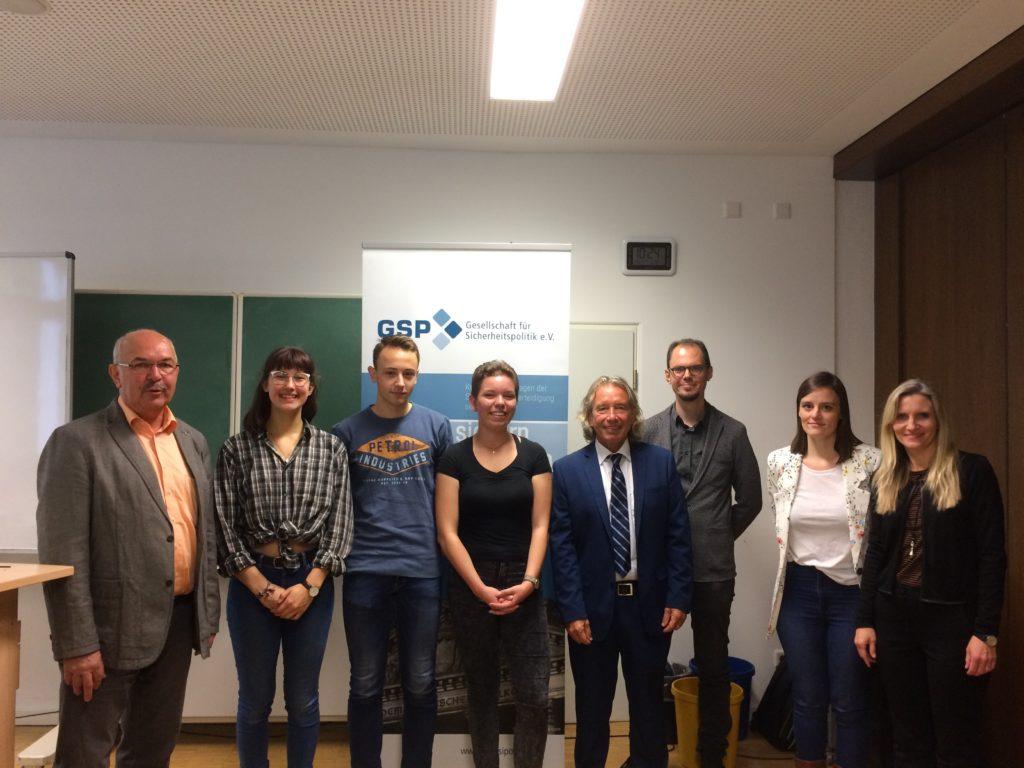 Schüler und Lehrer am Gymnasium Calvarienberg diskutierten mit Prof. Dr.  Thomas Jäger ( 5.v.l.) und Sektionsleiter Dipl.-Ing. Josef Schmidhofer, Oberst a. D. (1.v.l.)