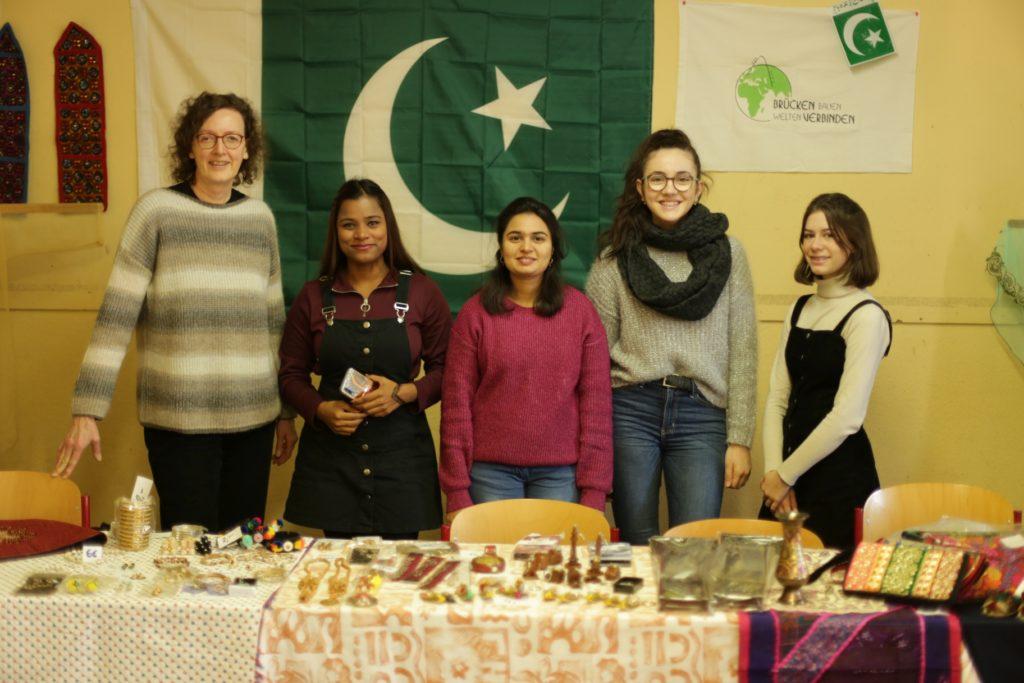 Buntes Treiben zur Einstimmung auf den Advent beim Adventsbasar - Gymnasium Calvarienberg